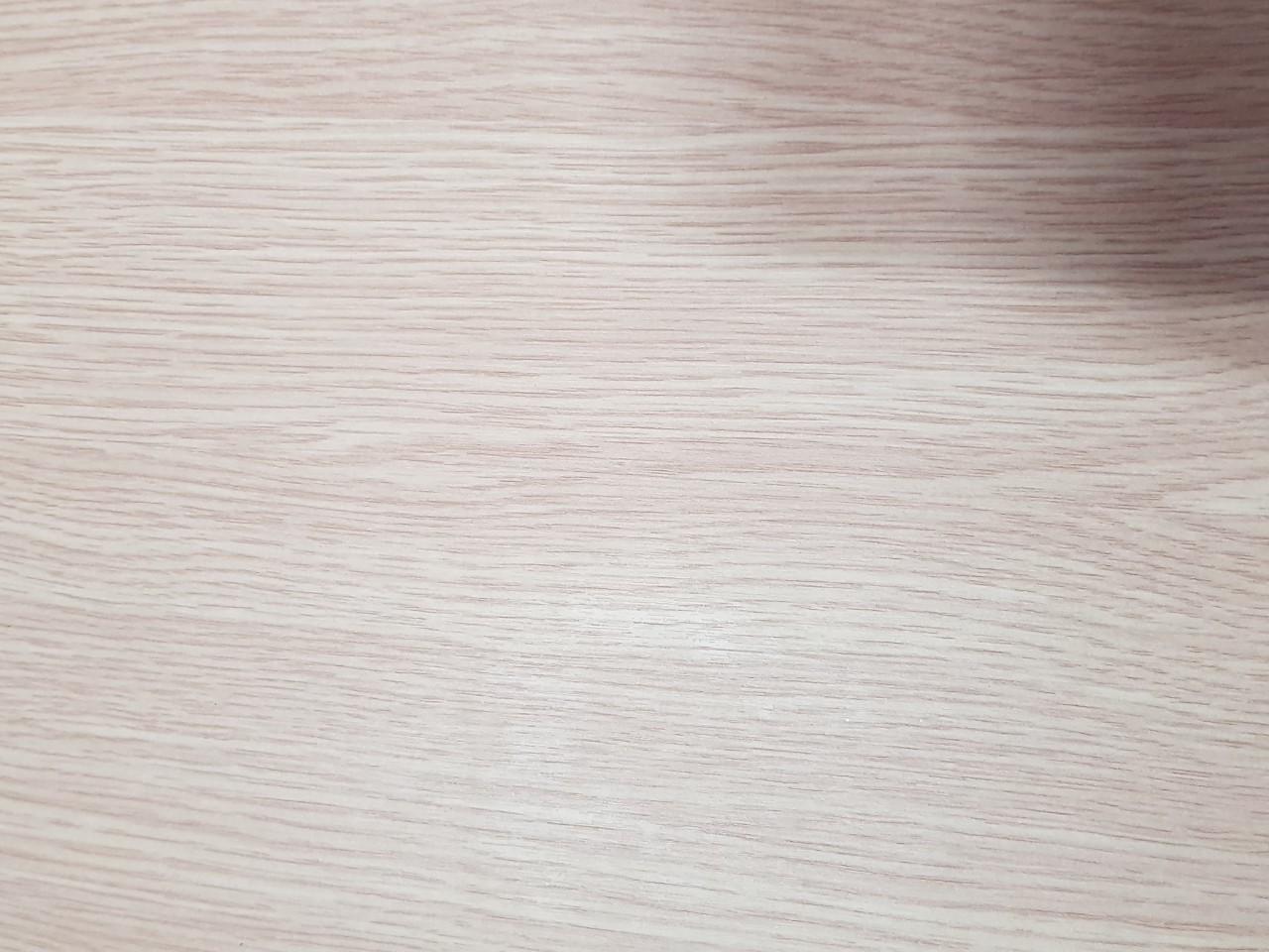 Mặt bàn gỗ bàn chân sắt mnr101 được phủ 1 lớp melamine chống dính, mối mọt